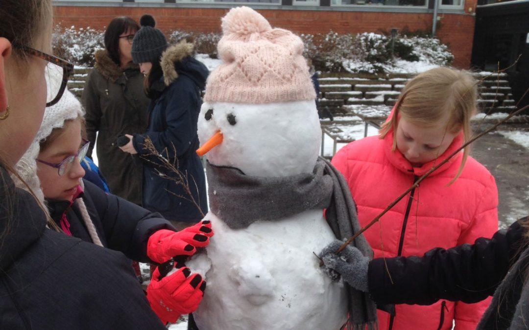 Sne i skolegården